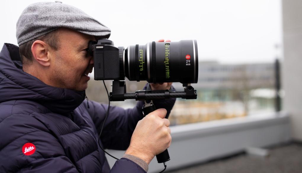 """Leica wypuszcza narynek Wizjer Filmowca """"Henri"""" ułatwiający współpracę aparatu SL2-S zobiektywami PL iLPL"""