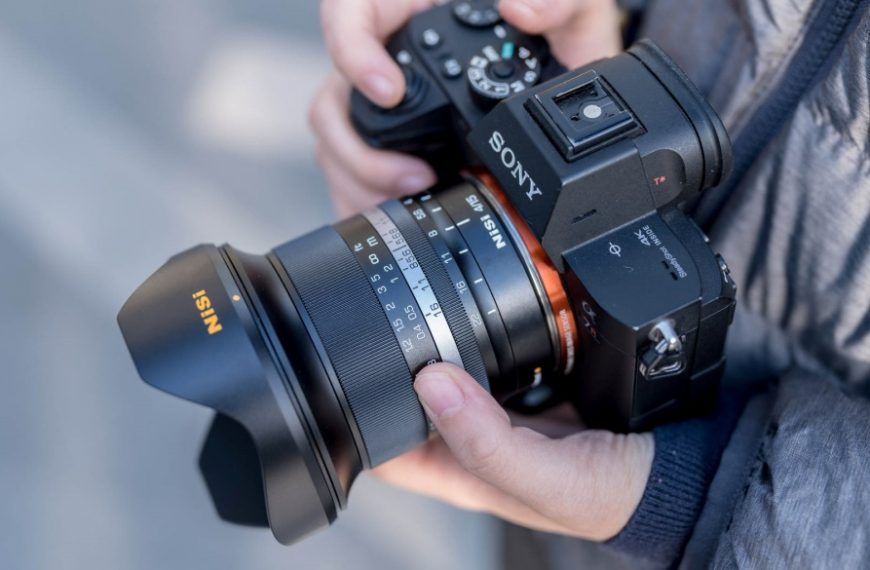 """Pierwszy obiektyw firmy NiSi: pełnoklatkowy superszerokokątny obiektyw 15 mm f/4 mm """"Sunstar"""" wmocowaniach Canon RF, Nikon Z, Fujifilm X orazSony E"""
