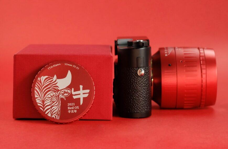 Jasnoczerwona wersja obiektywu TTArtisan 50 mm f/0,95 wmocowaniu Leica M zokazji Roku Bawoła